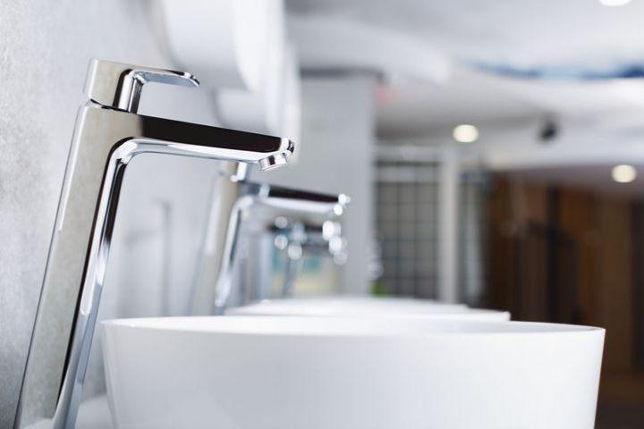 放置するだけ!?洗面台の水垢がキレイに取れる掃除方法は…